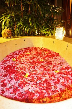Jamahal Private Resort & Spa: Our fresh-cut flower bath drawn on arrival.