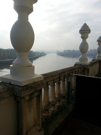 Gran Hotel Puente Colgante: Vista Derecha desde la Habitación - detalle de balcón de la misma