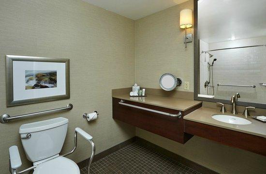 Hilton Saint John: Accessible Bathroom
