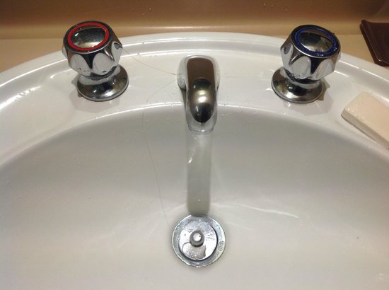 DoubleTree by Hilton Hotel Esplanade Darwin : Wash basin cracked all the way through