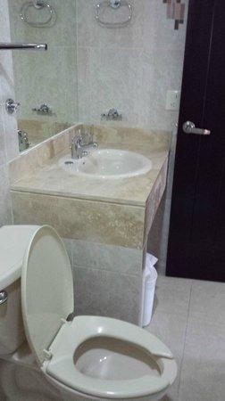 Hotel Chablis Palenque: Ванная с душем и окном в коридор, которое на ночь стоит закрывать.