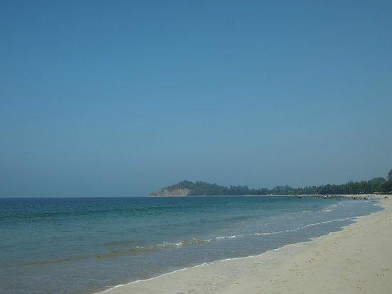 Thande Beach Hotel : пляж