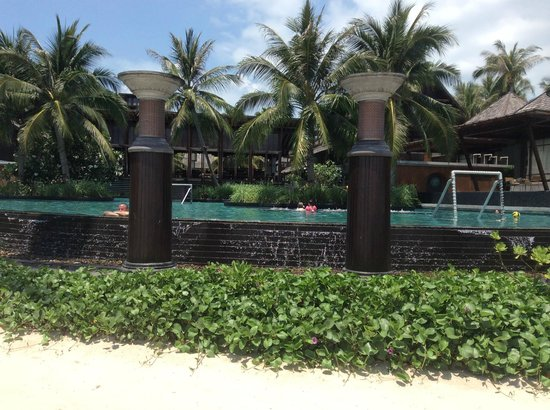 Mai Samui Resort & Spa: Looking from the sun lounge area to the pool
