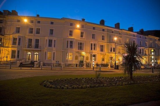 Baytree Hotel: Hotel at night