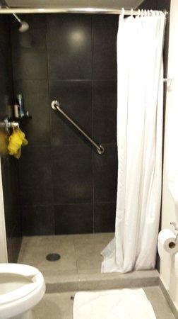 City Express Chetumal: Душ в ванной комнате