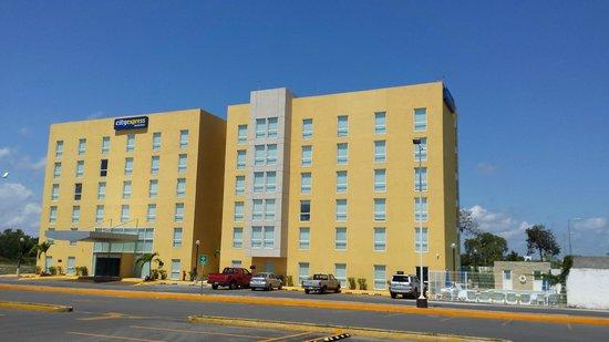 City Express Chetumal: Вид отеля и бассейн сбоку, рядом большой комплекс с кафе и ресторанами