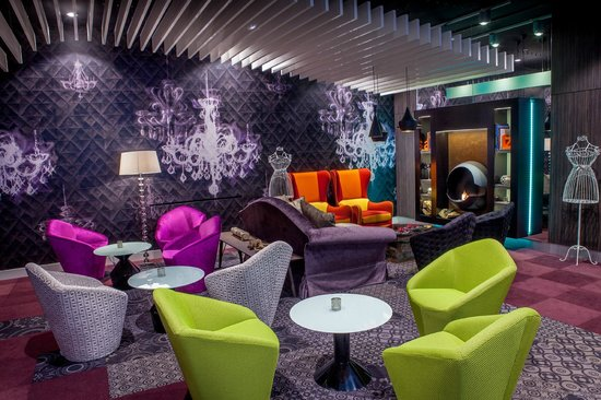 Hotel Parlament: Lounge bar with fireplace