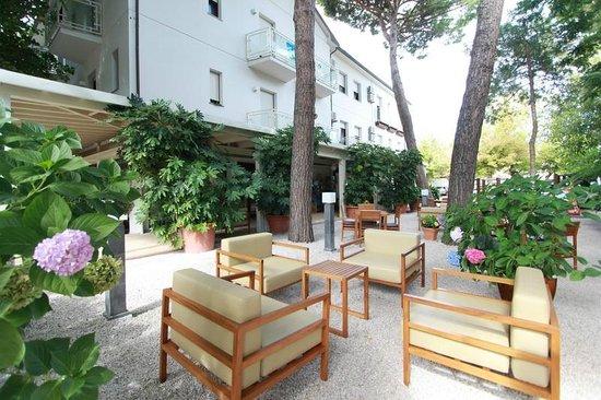 Hotel Trieste: Giardino e facciata