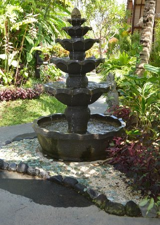 Klumpu Bali Resort: Entrance Fountain