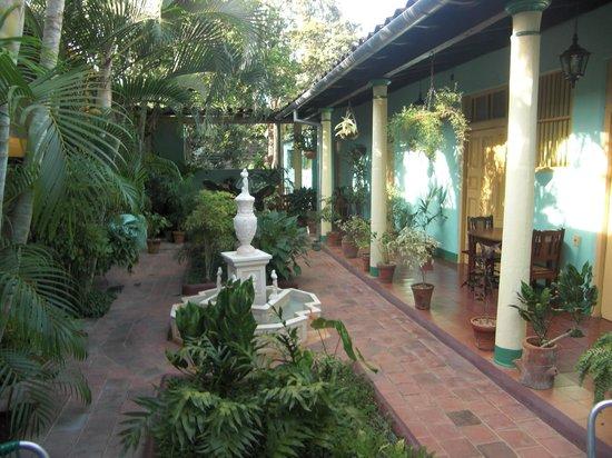 Hostal Buen Viaje: Giardino interno dell'Hostal