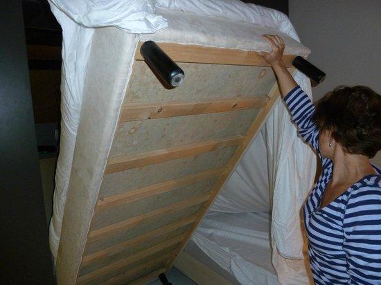 Papagayo Beach Hotel: Man darf nur nicht unters Bett schauen....