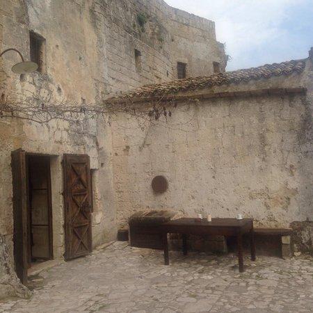 Sextantio Le Grotte della Civita: L'ingresso per la colazione..