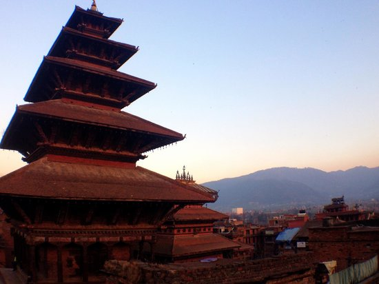 Pagoda Guest House: beautiful view of the pagoda at sunset from their rooftop restaurant