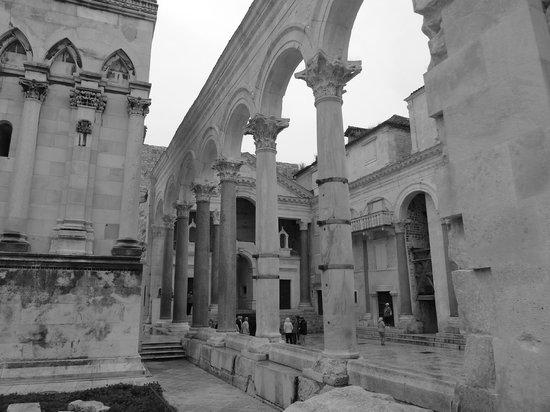 Palais de Dioclétien : Peristyle in Diocletian's Palace
