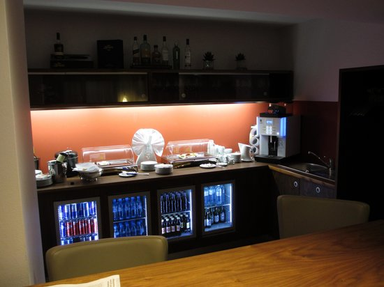 Wyndham Grand Salzburg Conference Centre: Club Lounge Snack and Drink Area