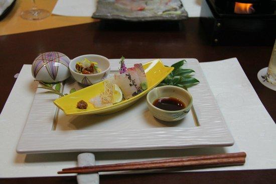 Hoshino Resorts KAI Matsumoto: カンパチ、鯛、ヤリイカ、岩魚の造り