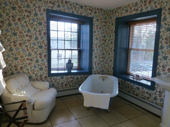 The Historic Fairfield Inn 1757 : Patrick Henry Bathroom