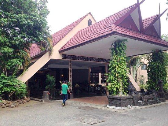 Holiday Villa Beach Resort & Spa Cherating: Entrance to hotel lobby