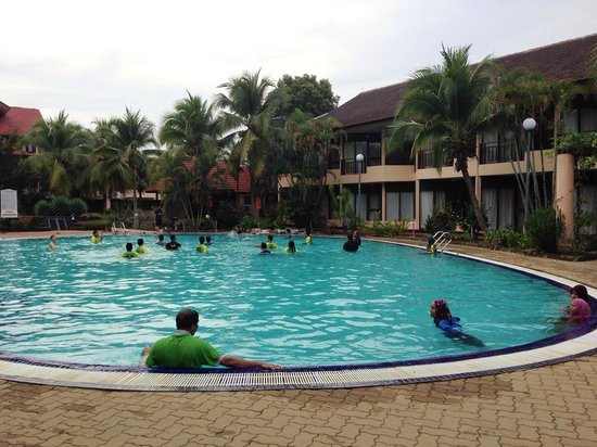 Holiday Villa Beach Resort & Spa Cherating : Guests wear T-shirts and tracksuits in the pool.