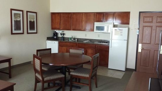 Staybridge Suites Phoenix/Glendale: Kitchen / Living area