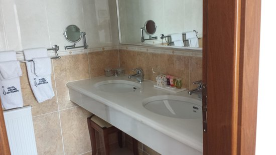 Adonis Hotel: bathroom