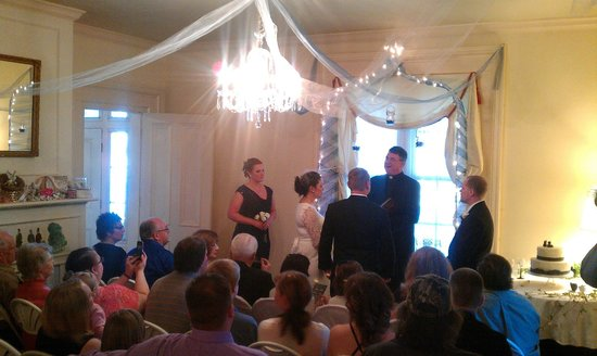 Silver Heart Inn: View of Ceremony in Main Living Room