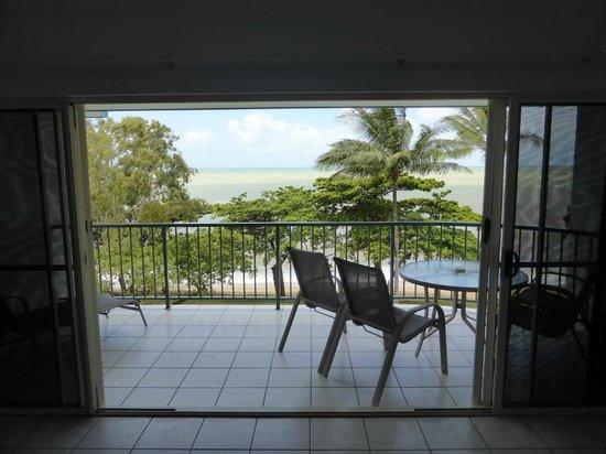 Beachfront Apartments on Trinity Beach: Apartment balcony