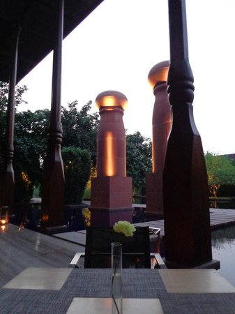Dusit Devarana New Delhi : garden in evening