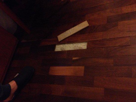 Quality Hotel Excel Roma Ciampino: Il pavimento che si stacca al passsaggio
