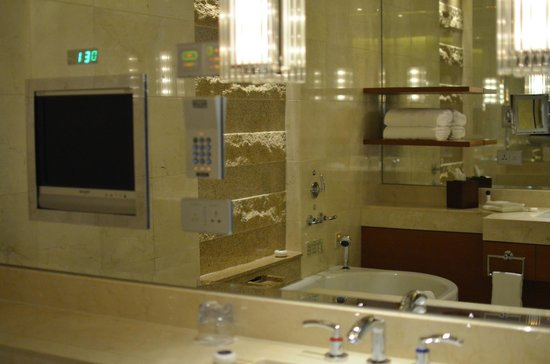 The Peninsula Tokyo : sitting in tub you will see tv on mirror wall in front of you, one of two sink areas