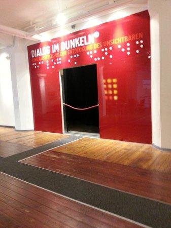 Dialog IM Dunkeln : The entrance