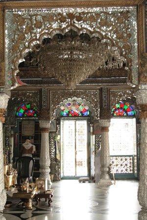 Pareshnath Jain Temple: Looking into the temple
