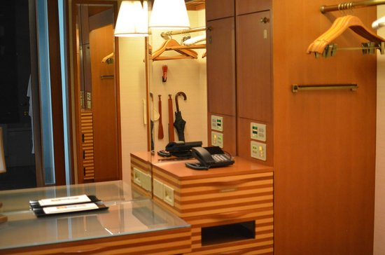 The Peninsula Tokyo: luggage and clothing storage room, with makeup table
