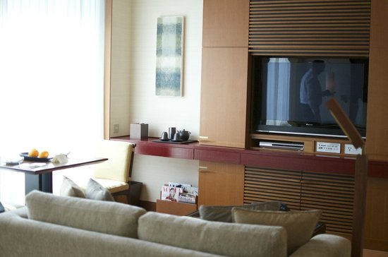 The Peninsula Tokyo : tv and couch area in room