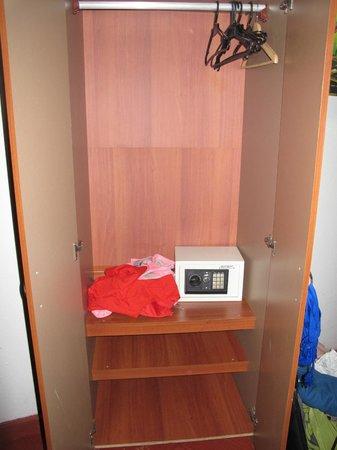 Casa Sweety: Closet and safe.