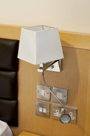 Cromwell International Hotel: Bedside lamp