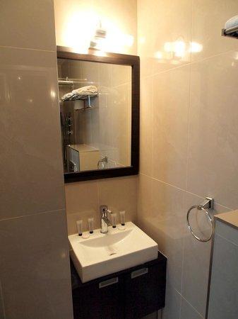Cromwell International Hotel: Standard bathroom