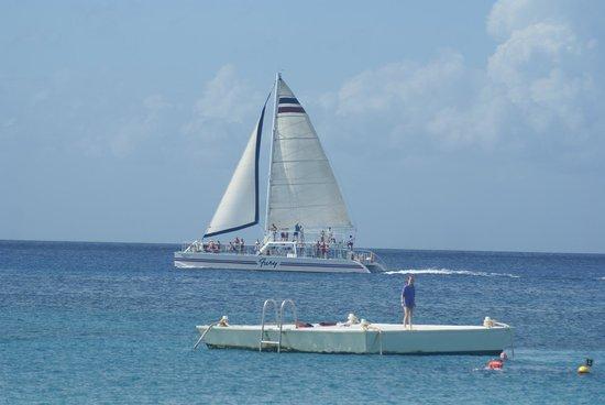 Chankanaab Beach Adventure Park: Se ve pasar a los barcos y veleros