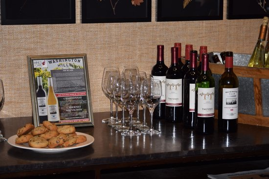 Kimpton RiverPlace Hotel: Wine and snacks at the nightly free happy hour.