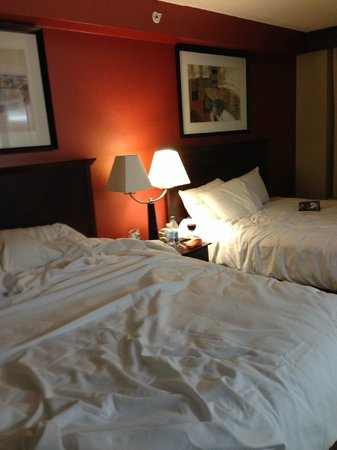 Hyatt Place College Station: Inadequate lighting for bed area
