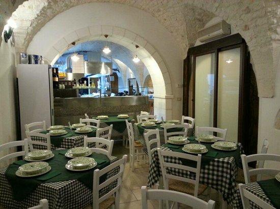 Sala principale piano terra sotto bellissimi archi in pietra con cucina a vista obr zek - Archi in cucina ...