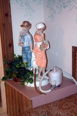Glacier Gateway Inn: Have long arms, the tap is way behind those statues.  At six feet tall, I found them hard to rea