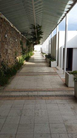Hotel Mavi Kumsal: Odaya giden yol