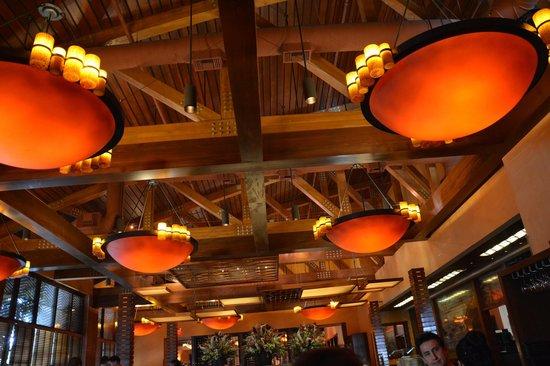 Fogo de Chao Brazilian Steakhouse : Luminárias do salão principal.