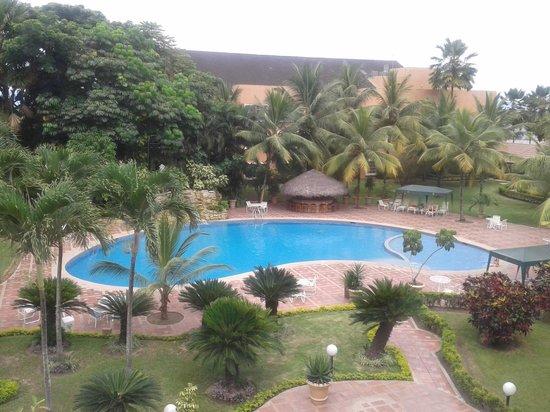 Hotel Oro Verde Machala: Parte de la piscina y áreas verdes