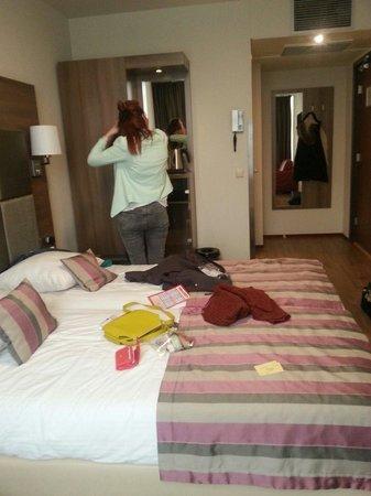 Hotel Cordial: Nice modern room.