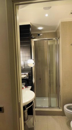 Palazzo Caracciolo Napoli MGallery by Sofitel: Shower cubicle with sliding door