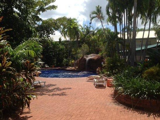 Travelodge Resort Darwin: Poolarea plus garden