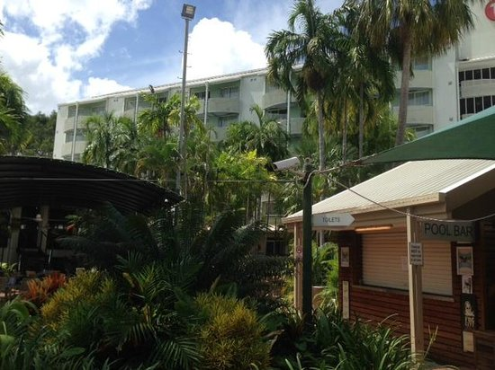 Travelodge Resort Darwin: Garden and part of hotel