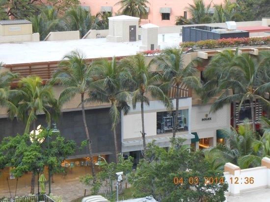 Holiday Inn Resort Waikiki Beachcomber: View from Lanai (stores)
